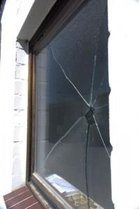 Zerbrochene Fensterscheibe, die nicht mehr vor Einbruch schützt.