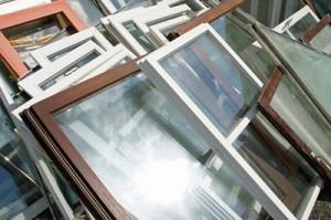 Alte Fenster werden gegen neue ausgetauscht.