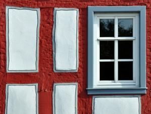 Modernes Holzfenster in einer historischen Fachwerkfassade.